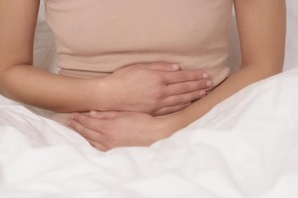 Frau mit Bauschmerzen